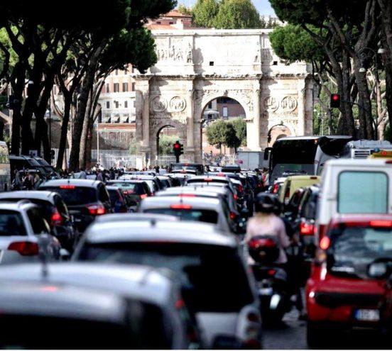 traffico e arco di Costantino a Roma